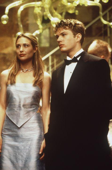 Zunächst genießen Alice (Claire Forlani, l.) und Milo (Ryan Phillippe, r.) die Aufmerksamkeiten und den Geldsegen, doch dann kommen sie einem infa... - Bildquelle: 2000 - Metro Goldwyn Mayer