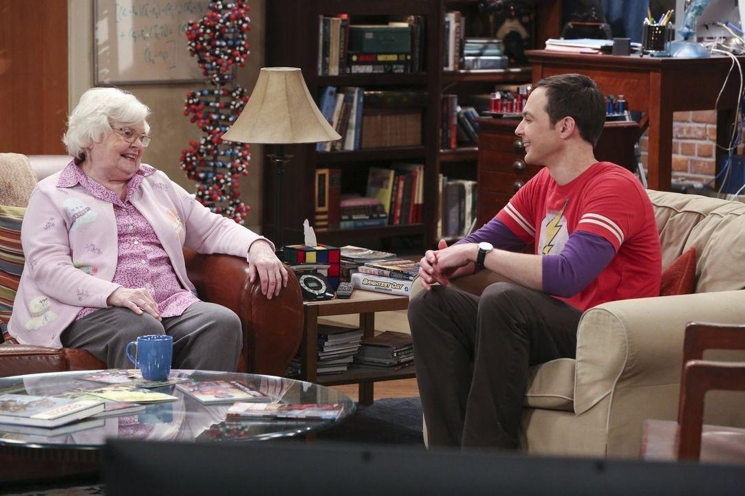 Sheldon (Jim Parsons, r.) freut sich tierisch über den Besuch seiner Oma Meemaw (June Squibb, r.), die aber nicht nur gekommen ist, um ihren Enkel z... - Bildquelle: 2015 Warner Brothers