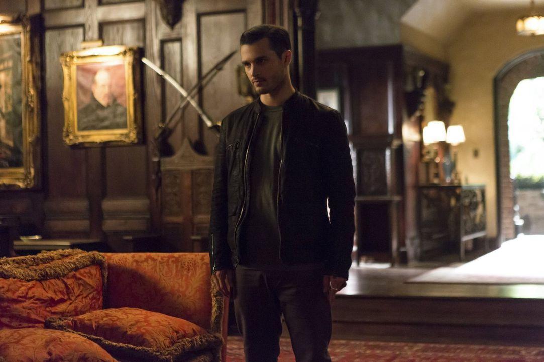 Bonnie macht Enzo (Michael Malarkey) darauf aufmerksam, wofür Lily den Phoenix Stein braucht. Wird er ihr den Stein dennoch überlassen? - Bildquelle: Warner Bros. Entertainment, Inc.