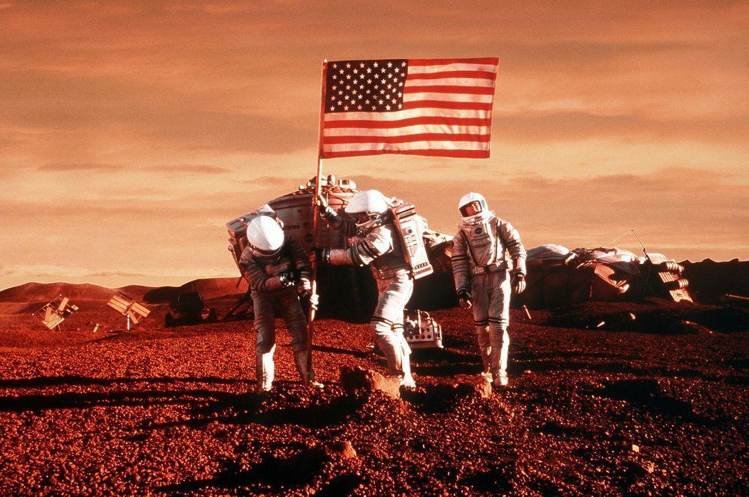 Nach vielen Mühen und Strapazen auf dem Mars angekommen, nehmen Jim (Gary Sinise, M.), Terri (Connie Nielsen, r.) und Phil (Jerry O'Connell, l.) de... - Bildquelle: Touchstone Pictures
