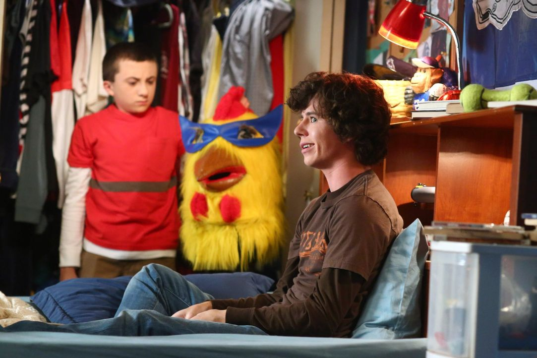 Sue findet heraus, dass sie dank Axl den albernen Hühnerkopf als Schulmaskot... - Bildquelle: Warner Brothers