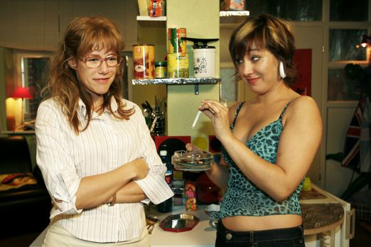 Verliebt in Berlin - Lisa (Alexandra Neldel, l.) sorgt sich um Yvonne (Bärbel...