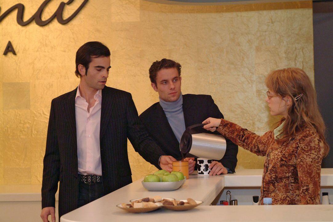 David (Mathis Künzler, l.) und Max (Alexander Sternberg, M.) ignorieren Lisa (Alexandra Neldel, r.), die den beiden hochkonzentriert und etwas übere... - Bildquelle: Monika Schürle Sat.1
