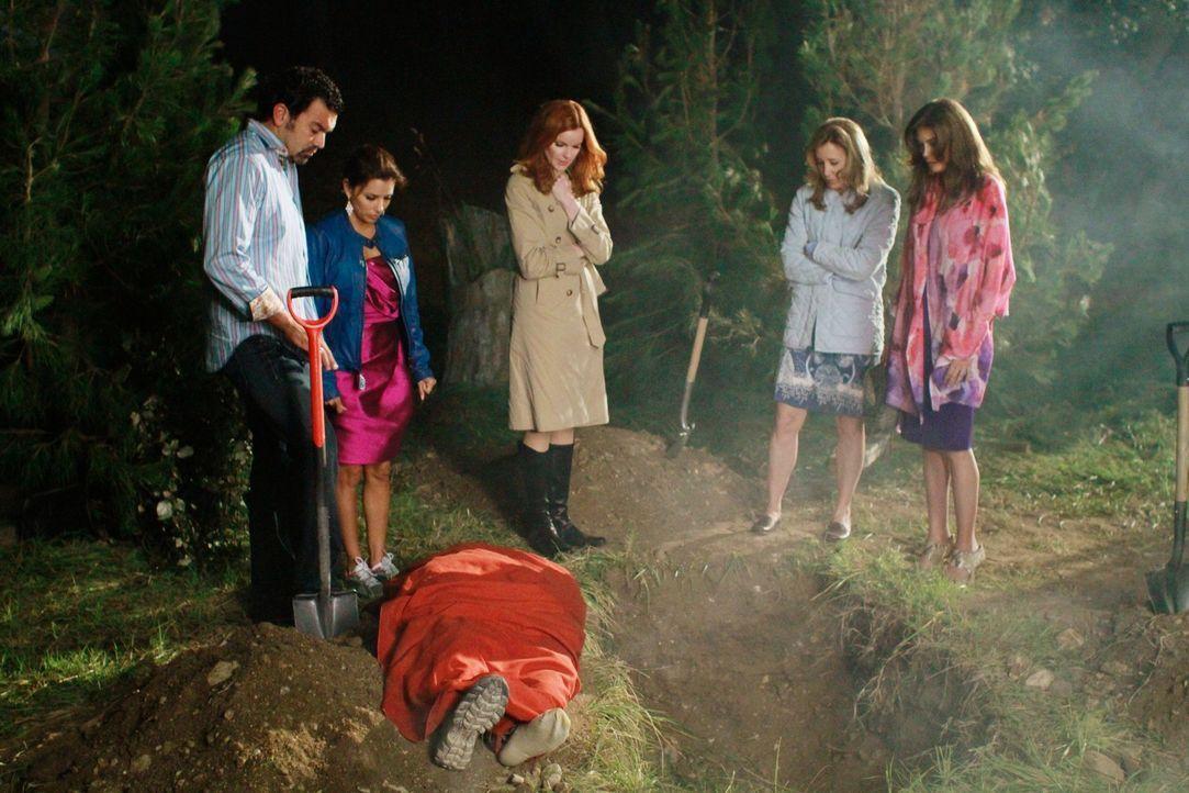 Müssen ganz schnell, die Leiche von Alejandro verschwinden lassen und den Mord zu vertuschen. Doch für Lynette (Felicity Huffman, 2.v.r.), Bree (Mar... - Bildquelle: Touchstone Pictures