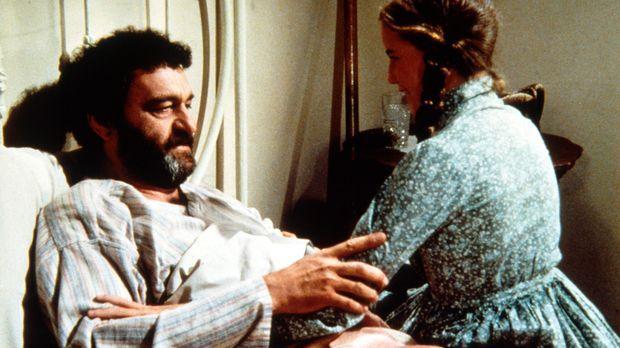 Laura (Melissa Gilbert, r.) besucht den kranken Mr. Edwards (Victor French, l...