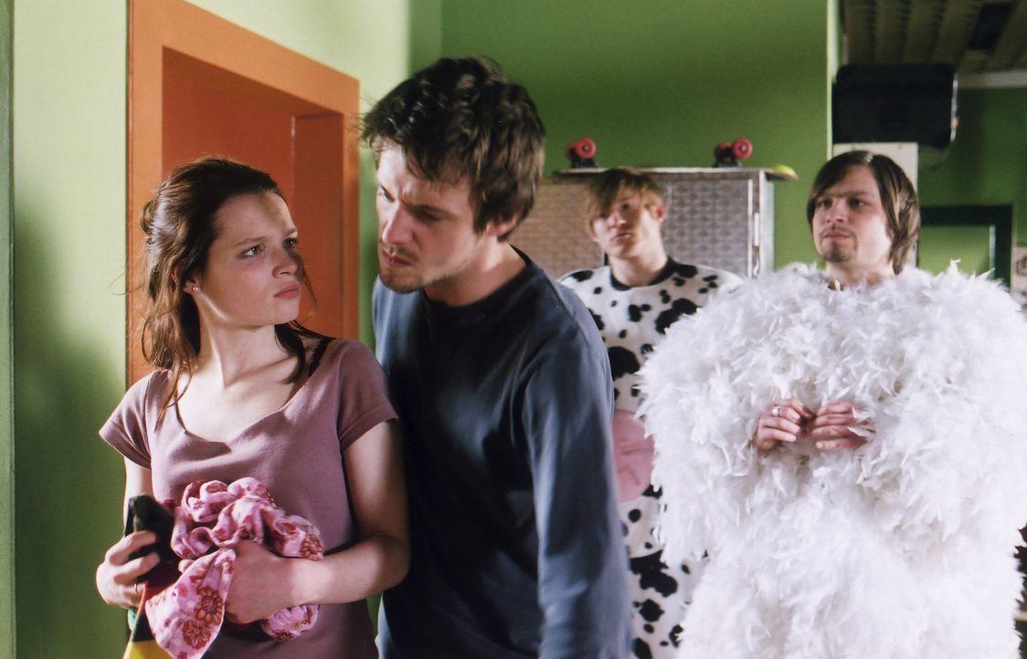Vor Chris (Arne Lenk, 2.v.l.) und seinen durchgeknallten Mitbewohnern Robert (Tim Sander, r.) und Karl (Conny Herrford, 2.v.r.) gibt sich Prinzessin... - Bildquelle: Volker Roloff ProSieben
