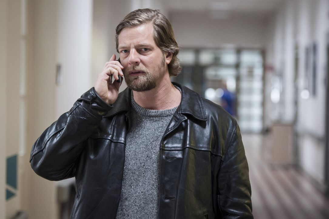 Schon bald findet Mick (Henning Baum) heraus, dass das Mordopfer immer erst mitten in der Nacht nach Hause kam, obwohl das Restaurant, in dem er arb... - Bildquelle: Martin Rottenkolber SAT.1