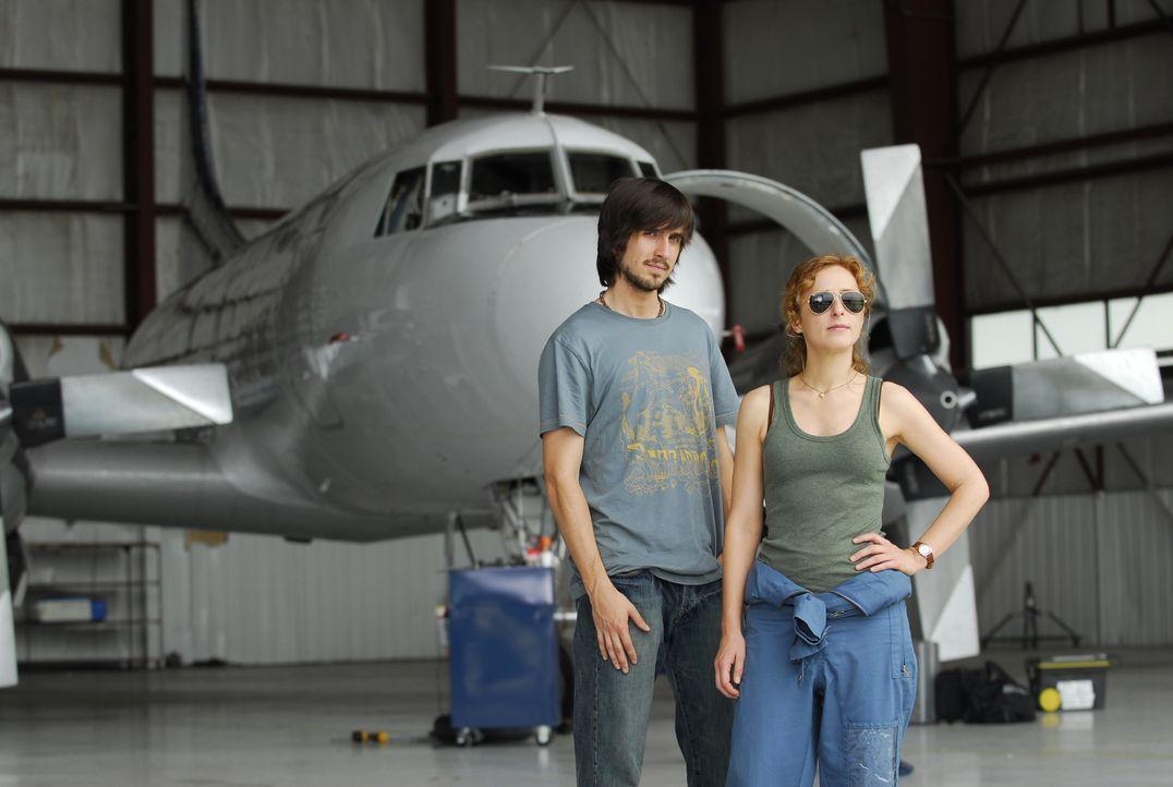 Sarah (Nicola Stephenson, r.) und Ralph (Nicolas Wright, l.) nehmen an einem Projekt teil, in dem versucht wird, Einfluss auf das Wetter zu nehmen ... - Bildquelle: BBC