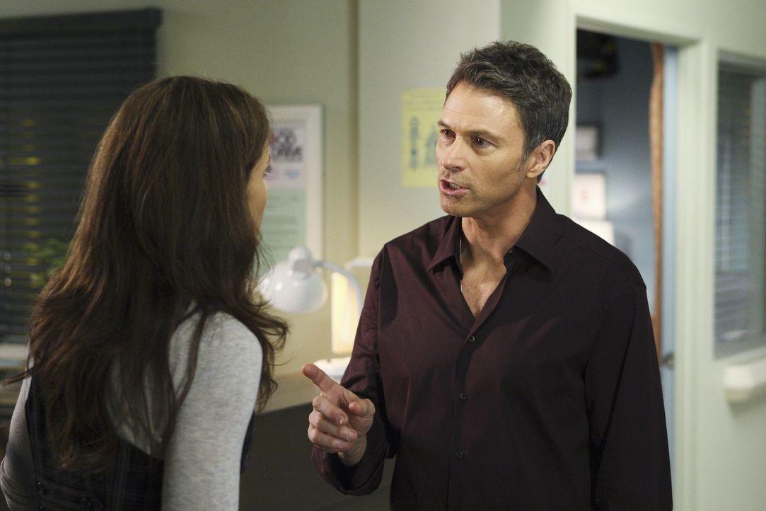 Während Addison ein lang gehütetes Familiengeheimnis erfährt, kümmern sich Pete (Tim Daly, r.) und Violet (Amy Brenneman, l.) um Dell, der völlig ve... - Bildquelle: ABC Studios