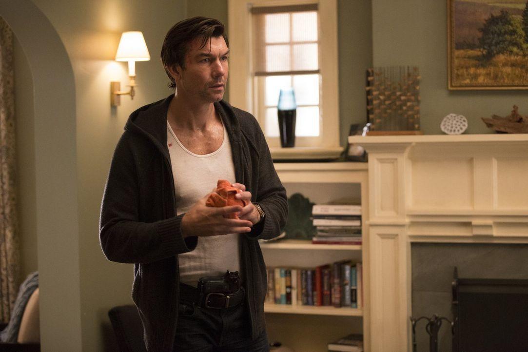 Von den Toten zurückgekehrt: Anscheinend hat sich John (Jerry O'Connell) doch nicht in seinem Büro in die Luft gesprengt ... - Bildquelle: 2015 Warner Bros. Entertainment, Inc.