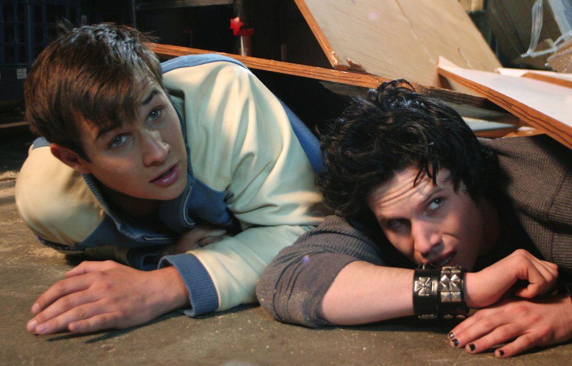 Der Tod stellt ihnen heimtückische Fallen: Kevin (Ryan Merriman, r.) und Ian (Kris Lemche, l.) ... - Bildquelle: 2005   Warner Brothers