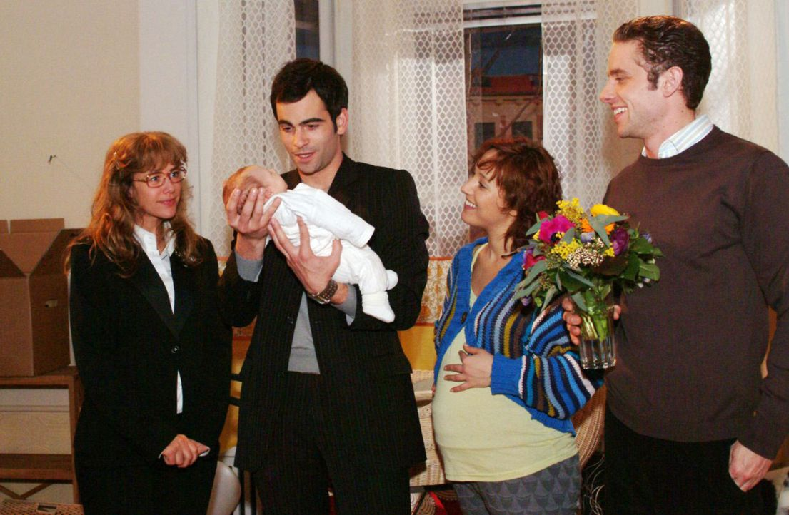 Lisa (Alexandra Neldel, l.) ist nicht gerade begeistert, David (Mathis Künzler, 2.v.l.) bei Max (Alexander Sternberg, r.), Yvonne (Bärbel Schleker,... - Bildquelle: Noreen Flynn Sat.1