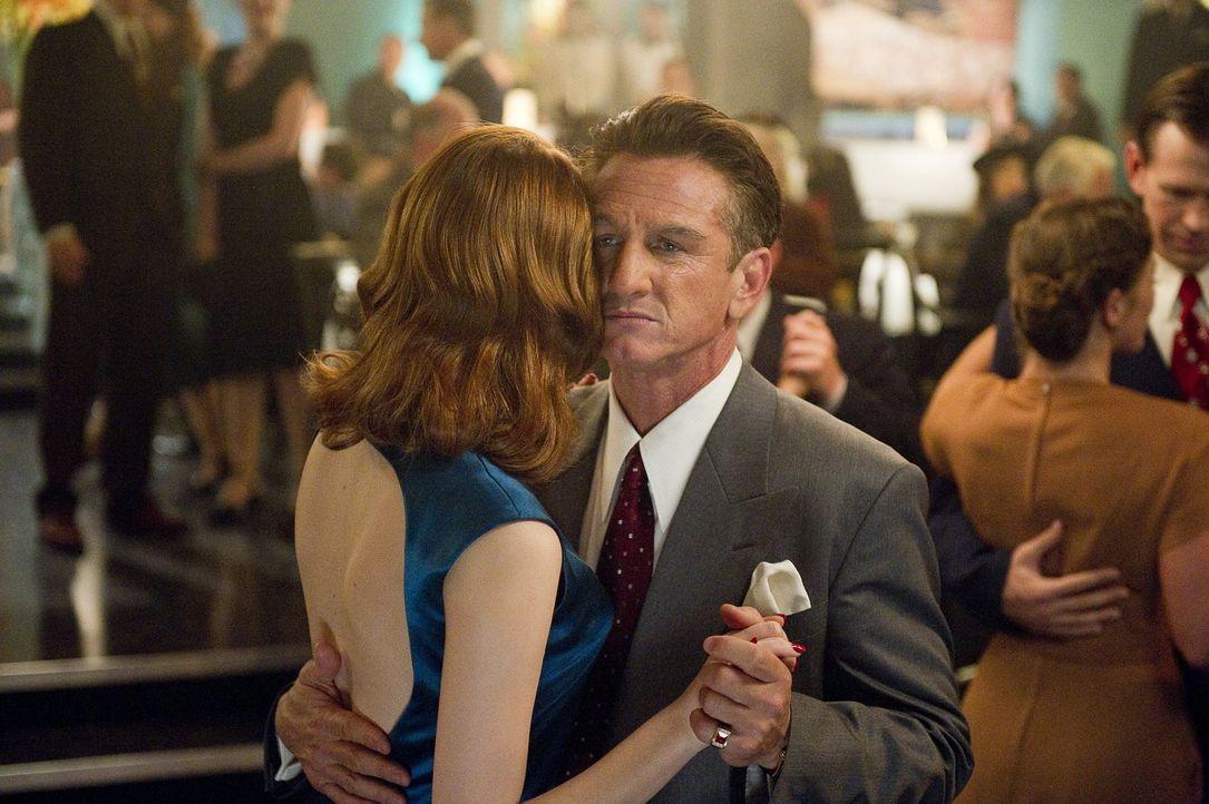 Sgt. Jerry Wooters hat eine offene Rechnung mit Mafia-König Mickey Cohen (Sean Penn, r.) zu begleichen, da beide um die Gunst der schönen Jean (Emma... - Bildquelle: Warner Brothers