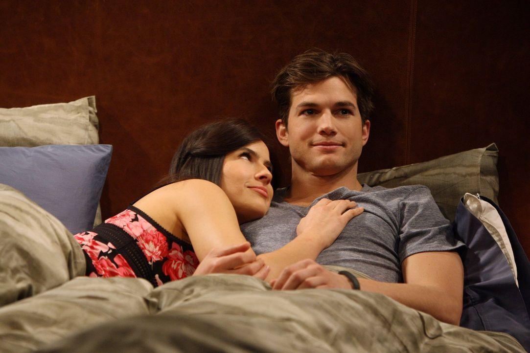 Walden (Ashton Kutcher, r.) ist enttäuscht, dass zwischen ihm und Zoey (Sophie Winkleman, l.) nicht allzu viel läuft. Er versucht sie aufzulockern u... - Bildquelle: Warner Brothers Entertainment Inc.