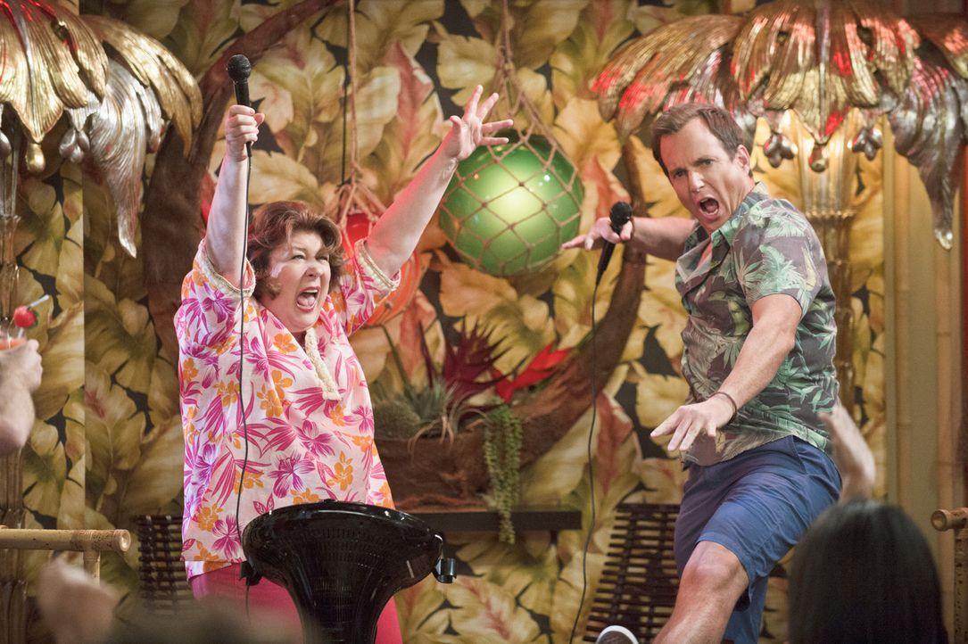 Als Nathan (Will Arnett, r.) dabei ist, sich während seines Urlaubs auf den Bahamas völlig zu entspannen, sorgt Carols (Margo Martindale, l.) plötzl... - Bildquelle: 2013 CBS Broadcasting, Inc. All Rights Reserved.