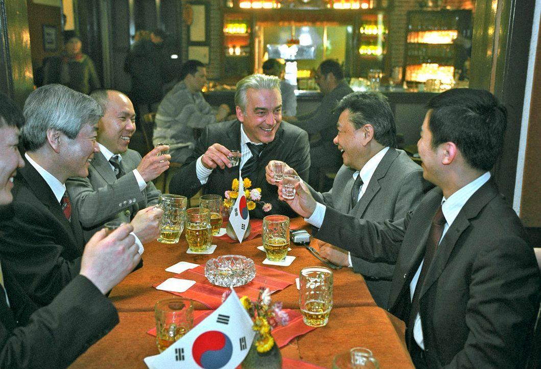 Johannes (Christoph M. Ohrt) hat gut lachen: Koreanische Investoren wollen eine Halbleiterfabrik in Kudrow bauen. - Bildquelle: Hardy Spitz Sat.1