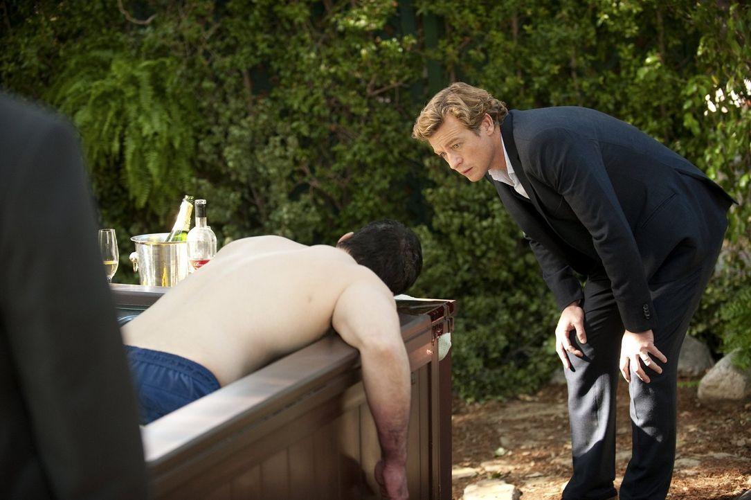 Ein neuer Fall wartet auf das CBI: Patrick (Simon Baker, r.) untersucht den Mord am Sohn eines Mafiabosses ... - Bildquelle: Warner Bros. Television