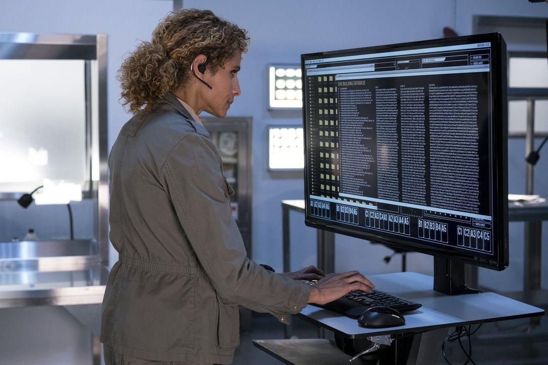 Bei ihrer Arbeit muss Shepherd (Michelle Hurd) immer einen kühlen Kopf bewahren ... - Bildquelle: 2016 Warner Brothers