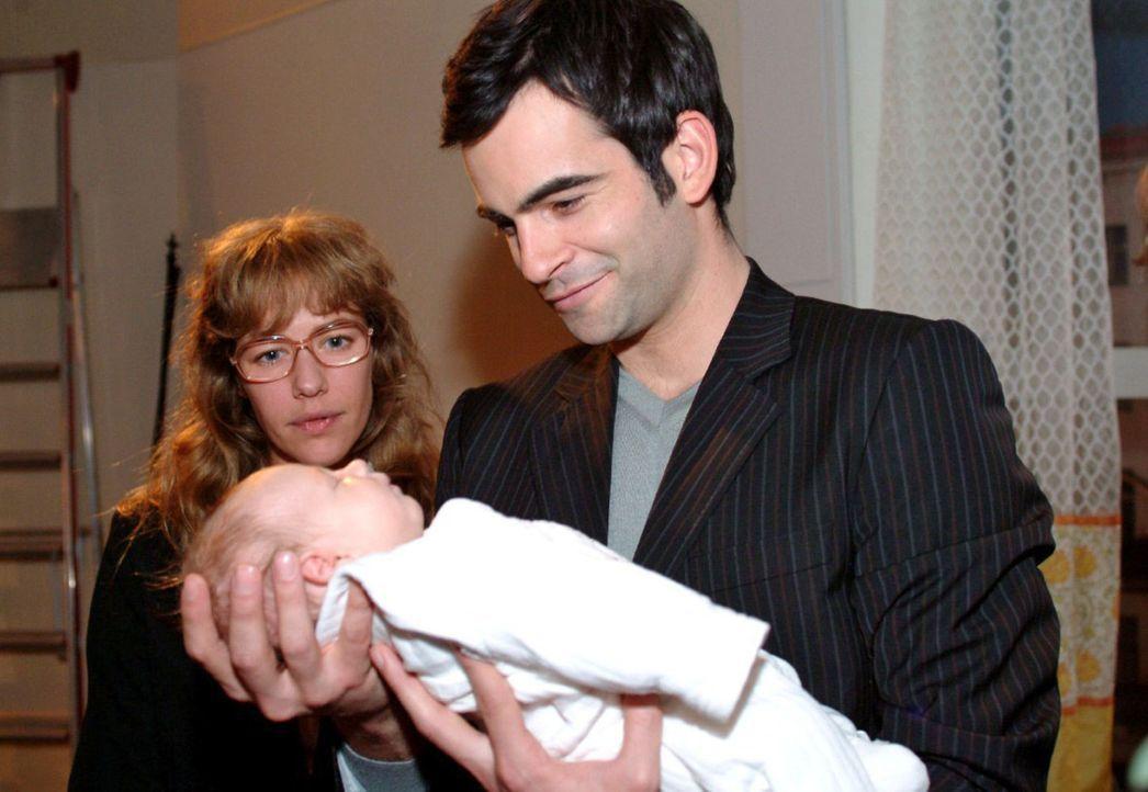 Bewegt betrachtet Lisa (Alexandra Neldel, l.), wie David (Mathis Künzler, r.) die Tochter von Max und Yvonne in den Armen hält. (Dieses Foto von Ale... - Bildquelle: Noreen Flynn Sat.1