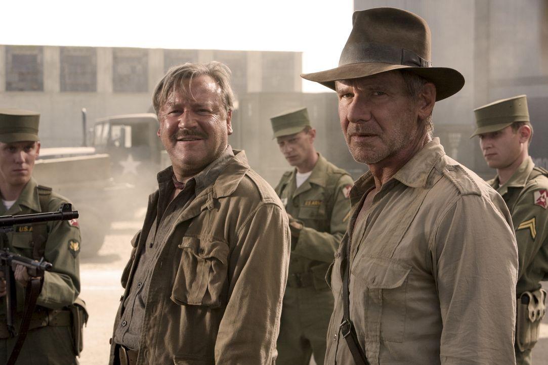 Nevada, 1957: Der Archäologe und Uni-Professor Indiana Jones (Harrison Ford, r.) und sein Kumpel Mac (Ray Winstone, l.) stecken in großen Schwierigk... - Bildquelle: David James & TM 2008 Lucasfilm Ltd. All Rights Reserved.