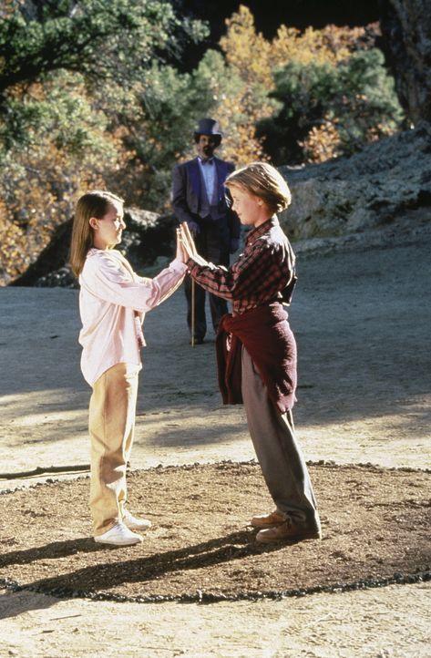Sobald sich ihre Hände berühren, erwachen in den Zwillingen Anna (Elizabeth Moss, l.) und Danny (Eric von Detten, r.) magische Kräfte. Diese Fäh... - Bildquelle: WALT DISNEY COMPANY