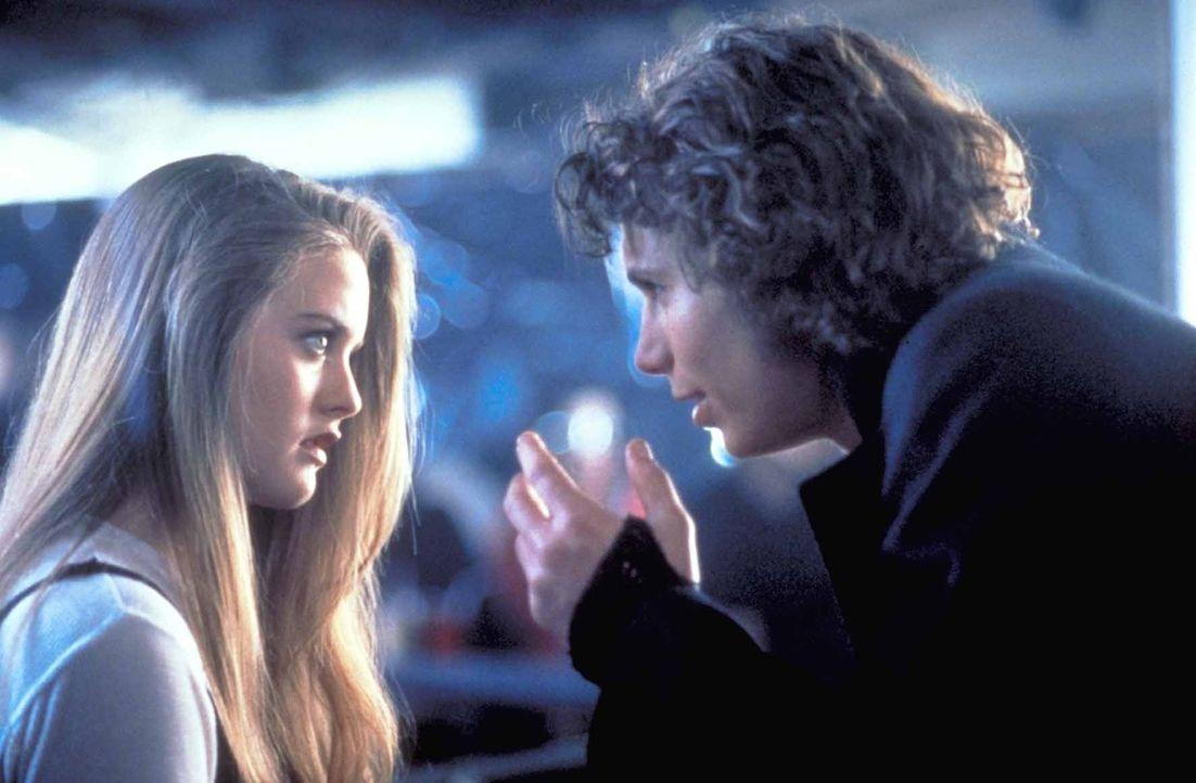 Während ihr Vater verzweifelt versucht, einen unbekannten Killer zu stellen, lernt die junge Regina (Alicia Silverstone, l.) den attraktiven Jeremy... - Bildquelle: TriStar Pictures