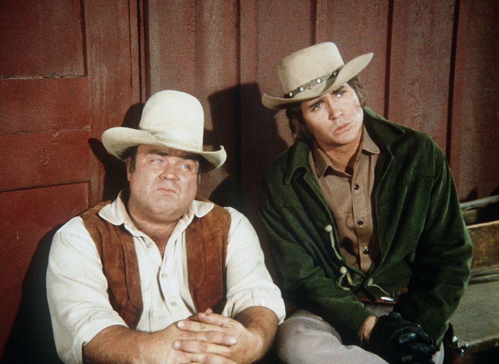 Little Joe (Michael Landon, r.) und Hoss (Dan Blocker, l.) sind erstaunt, als sie erfahren, dass Jennifer ihren Vater heiraten will. - Bildquelle: Paramount Pictures