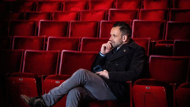 Nachdenklich im Zuschauerraum: Der aktuelle Fall führt Sherlock Holmes (Jonny...