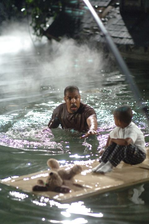 Rückblende: Aaron (Eriq La Salle, l.) und Jaden (Tylen Jacob Williams, r.) versuchen sich aus den Fluten zu retten ... - Bildquelle: Warner Bros. Entertainment Inc.