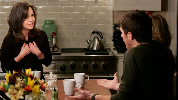 Nora (Sally Field, l.) klärt ihre noch unwissenden Kinder Justin (Dave Annabl...