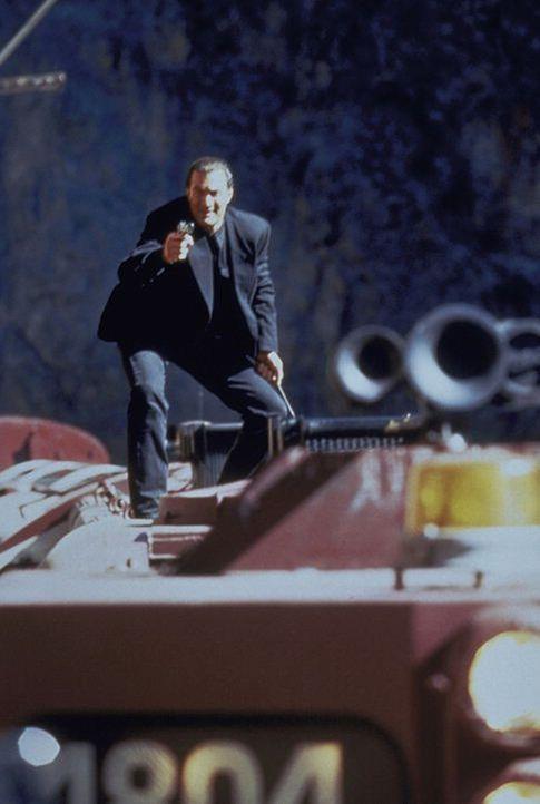 Die Zugfahrt in den Urlaub entwickelt sich für Casey (Steven Seagal) zum tödlichen Katz- und Mausspiel. Doch gegen die rücksichtslosen Terroriste... - Bildquelle: Warner Bros.