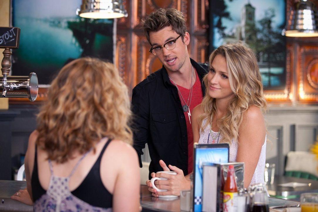 Als Quinn (Shantel VanSanten, r.) herausfindet, dass Clay ihr etwas verheimlicht, sucht sie Rat bei Haley (Bethany Joy Galeotti, l.). Playboy Chris... - Bildquelle: Warner Bros. Pictures