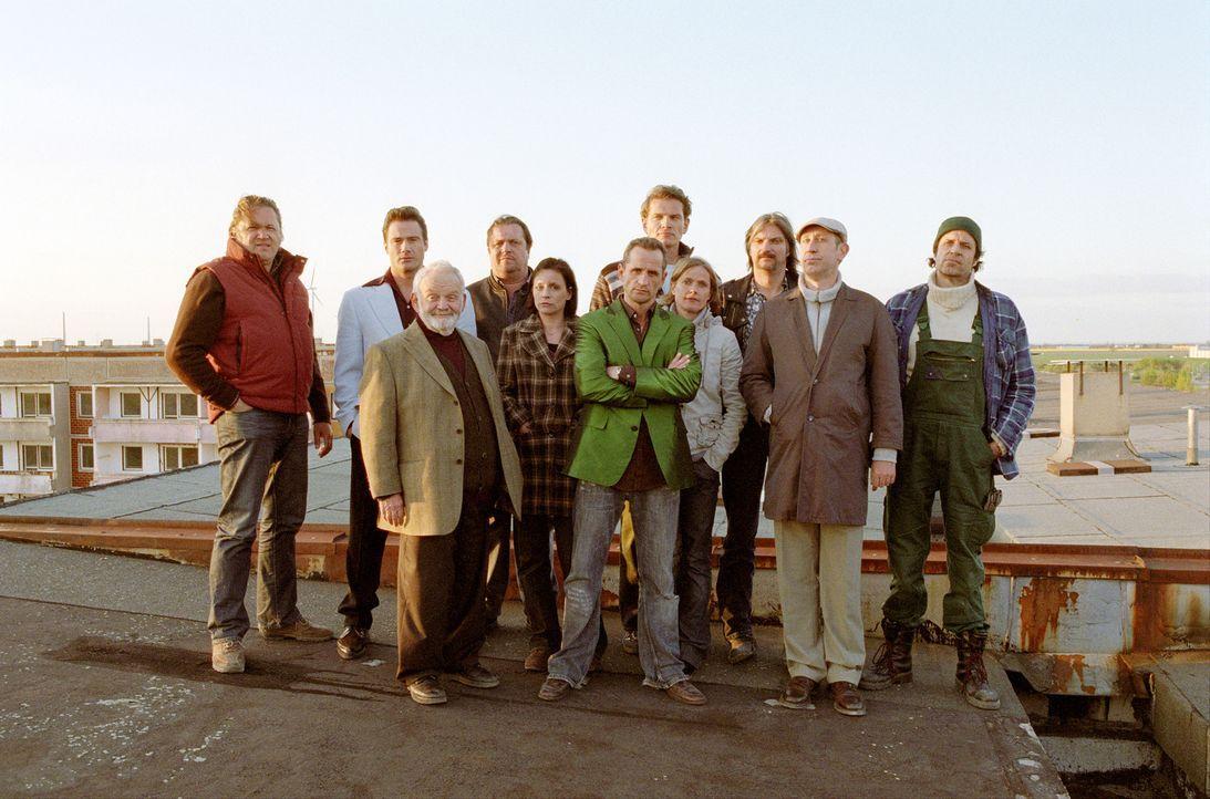 Gemeinsam planen sie einen großen Coup: Ossi (Tim Wilde, M.), Karl  (Stefan Jürgens, 3.v.r.), Georg (Andreas Giebel, 4.v.l.), Konrad (Manfred Möck,... - Bildquelle: Universum Film (UFA)