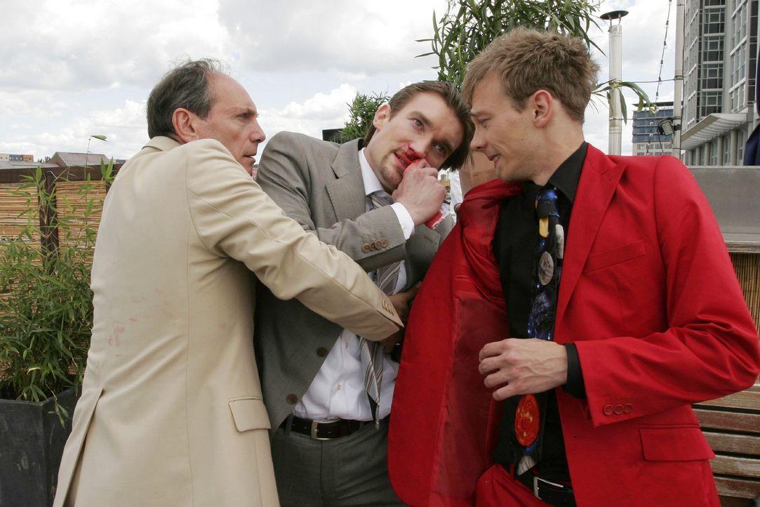 Jürgen (Oliver Bokern, r.) lässt seine Wut an Richard (Karim Köster, M.) aus, während Rossi (Georgios Papadopoulos, l.) zu schlichten versucht. - Bildquelle: Noreen Flynn Sat.1