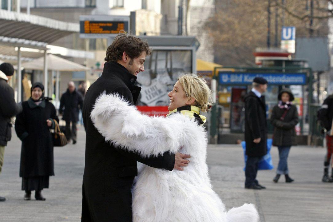 Jonas (Roy Peter Link, l.) ist stolz, dass Anna (Jeanette Biedermann, r.) ihre Schüchternheit teilweise überwinden konnte ... - Bildquelle: Claudius Pflug Sat.1