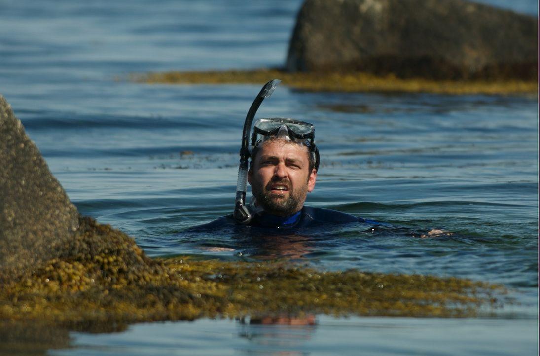 John McAdams (Angus MacFayden) versucht über das Wasser, unerkannt zu seiner Nachbarin Annabelle zu gelangen. Das FBI ist ihm jedoch immer noch auf... - Bildquelle: 2006 RHI Entertainment Distribution, LLC