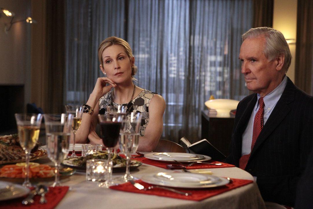 Die Presse hat Wind von den Erbstreitigkeiten zwischen Lily und Carol mitbekommen und um den fatalen Eindruck zu korrigieren, lädt Lily (Kelly Ruthe... - Bildquelle: Warner Bros. Television