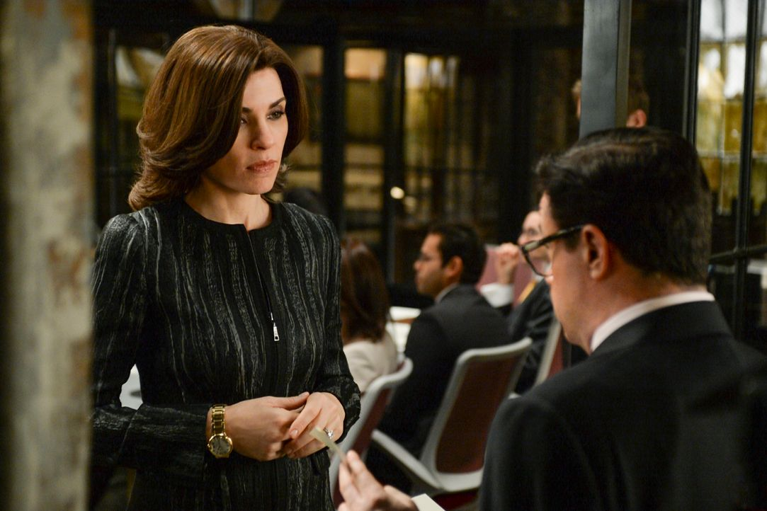 Als Alicia (Julianna Margulies, l.) viel Geld von einem ehemaligen Klienten erbt, steht sehr schnell auch Clarke Hayden (Nathan Lane, r.) auf der Tü... - Bildquelle: David Giesbrecht 2013 CBS Broadcasting Inc. All Rights Reserved.