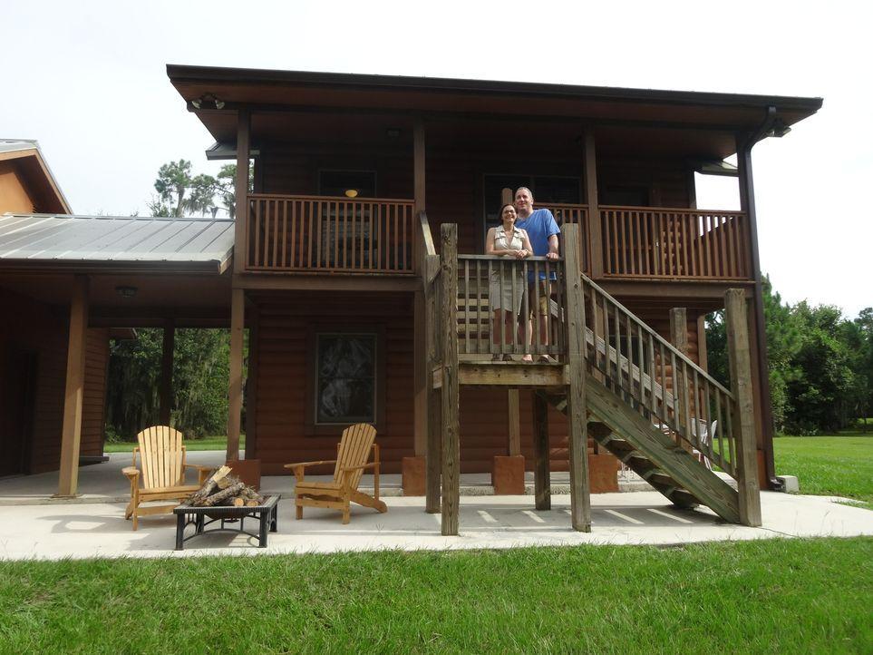 Da Mike (r.) und Sara (l.) nun einen kleinen Sohn haben, möchten sie sich gerne ein Haus am See kaufen, damit dieser dort seine Kindheit genießen ka... - Bildquelle: 2015, HGTV/Scripps Networks, LLC. All Rights Reserved.