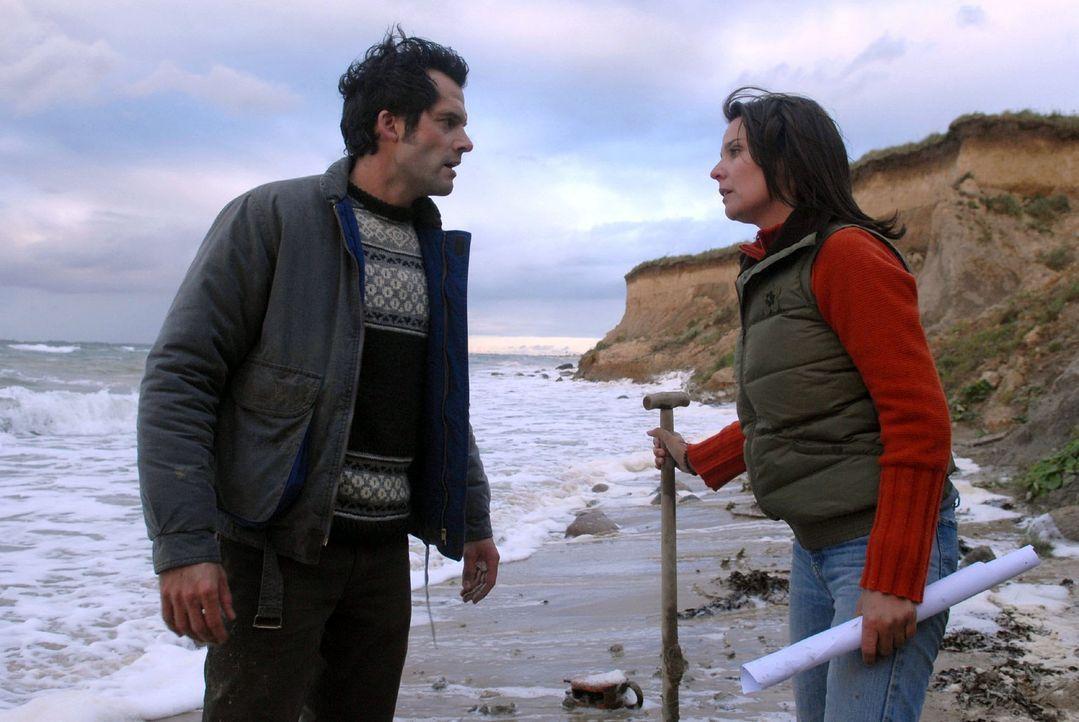 Jana (Désirée Nosbusch, r.) und Henning (Martin Rapold, l.) suchen den Strand ab, als Janas Detektor anschlägt. Sie beginnen an der Stelle zu gra... - Bildquelle: Susanne Dittmann Sat.1