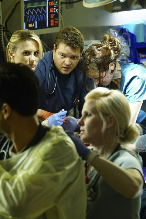 Ein schrecklicher Vorfall ereignet sich im Krankenhaus. Christa (Bonnie Somerville, hinten l.) und Angus (Harry Ford, hinten M.) versuchen alles, um... - Bildquelle: Sonja Flemming 2016 ABC Studios. All rights reserved.