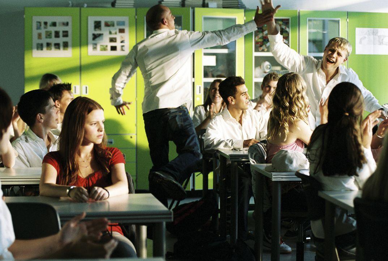 Als Einzige hat sich Karo (Jennifer Ulrich, l.) gegen das weiße Hemd entschieden. Gewöhnlich gibt sie den Ton in der Klasse an, plötzlich fühlt sie... - Bildquelle: Constantin Film