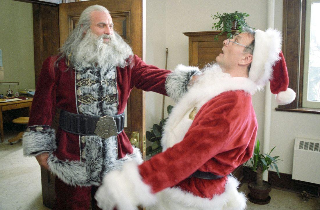 Santa Claus (Bill Goldberg, l.) ist in Wahrheit der Sohn des Teufels, der vor langer Zeit eine Wette gegen einen Engel verloren hat und daraufhin ge... - Bildquelle: E.M.S. New Media AG