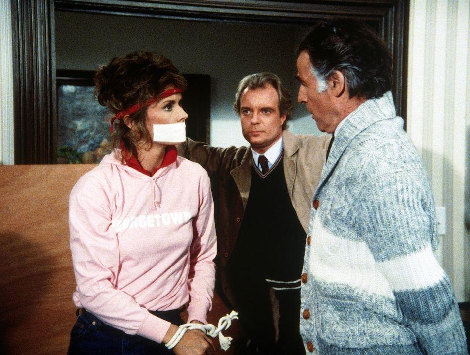 Die Männer vom KGB (Darsteller unbekannt) wollen einfach nicht glauben, dass Amanda (Kate Jackson, l.) nicht der berühmte Agent Stetson ist, den man... - Bildquelle: CBS Television