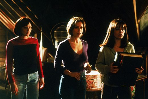 Charmed - Zauberhafte Hexen - Wenn Piper (Holly Marie Combs, r.), Phoebe (Aly...