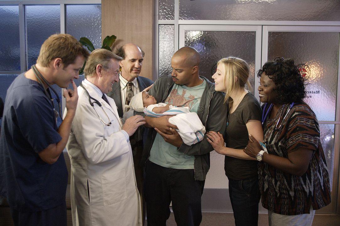 Turk (Donald Faison, 3.v.r.) ist sehr stolz auf seine kleine Isabella ... - Bildquelle: Touchstone Television