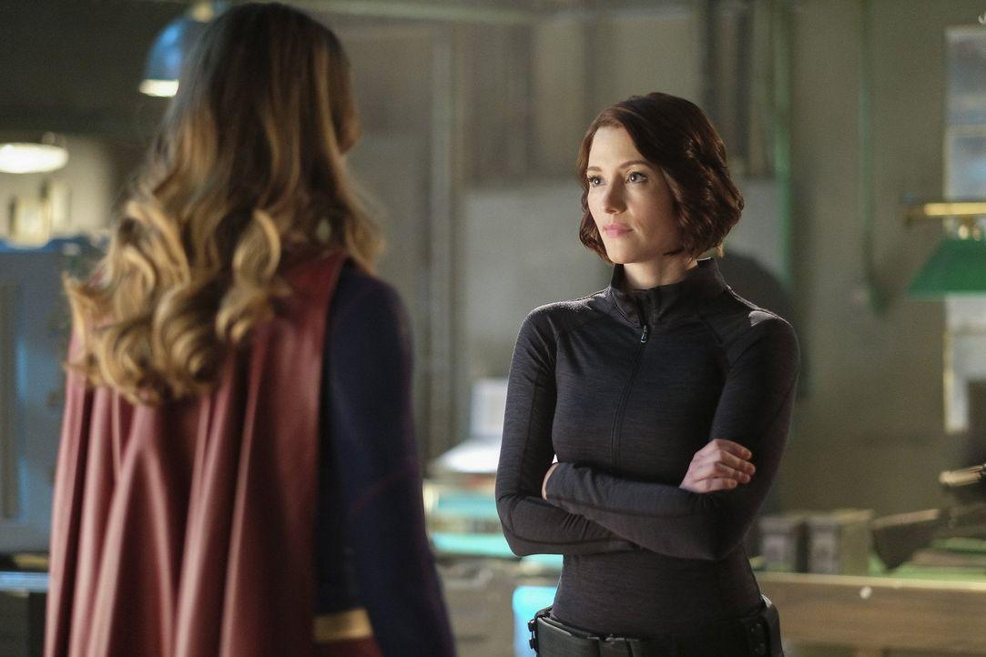 Gemeinsam überlegen Alex (Chyler Leigh, r.) und Supergirl (Melissa Benoist, l.) wie sie mit dem präsidentiellen Befehl umgehen soll. Es fällt ihnen... - Bildquelle: 2016 Warner Brothers