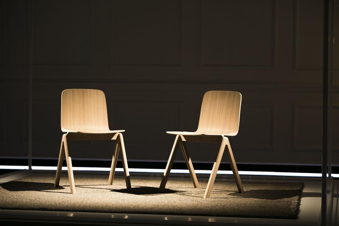 Ein Raum, zwei Menschen, zwei Stühle: Zehn Minuten schauen sich die Teilnehmer in die Augen, ohne dabei miteinander zu sprechen. Lassen sich beide a... - Bildquelle: Benedikt Müller SAT.1
