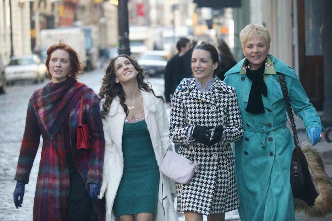 Carrie (Sarah Jessica Parker, 2.v.l.), Miranda (Cynthia Nixon, l.), Charlotte (Kristin Davis, 2.v.r.) und Samantha (Kim Cattrall, r.) stehen einige... - Bildquelle: Paramount Pictures