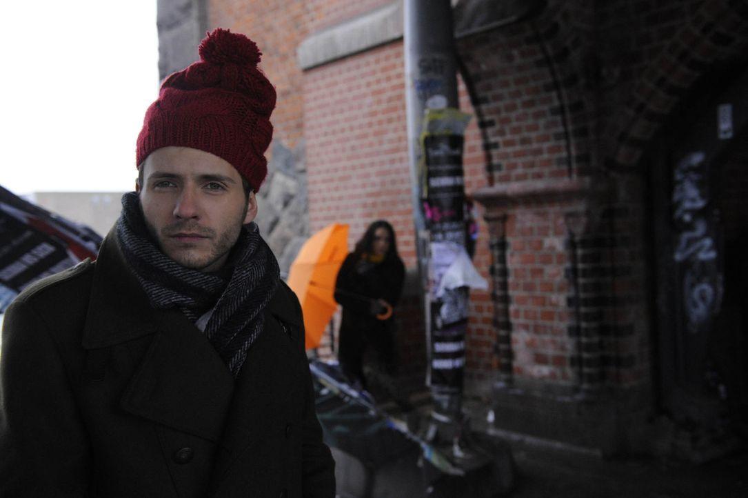 Paloma (Maja Maneiro, r.) erkennt, dass ihr Blinddate ausgerechnet Enrique (Jacob Weigert, l.) ist ... - Bildquelle: SAT.1
